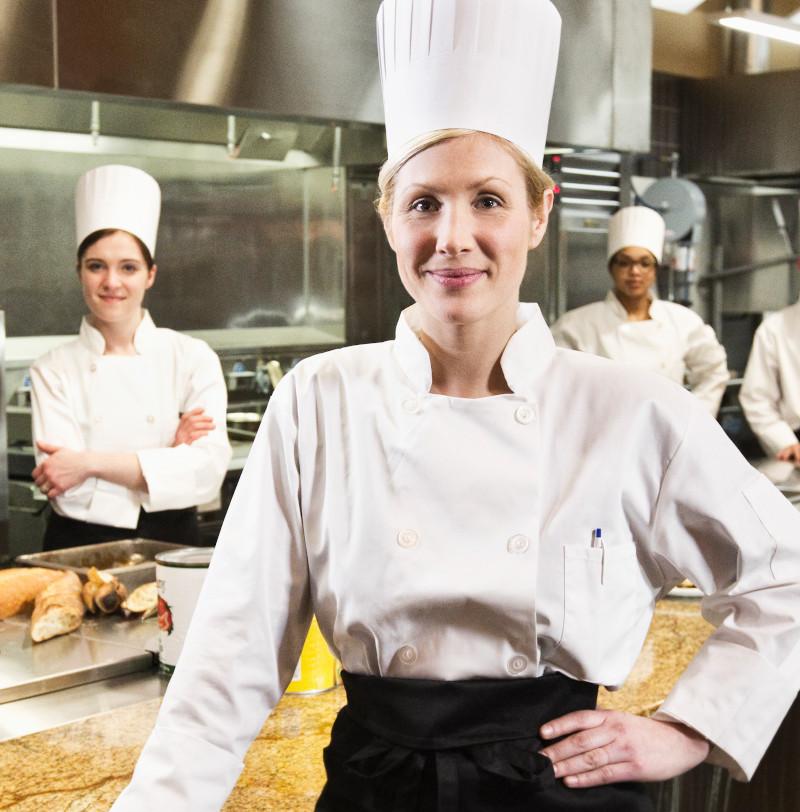 Cocineras y cocineros en una cocina